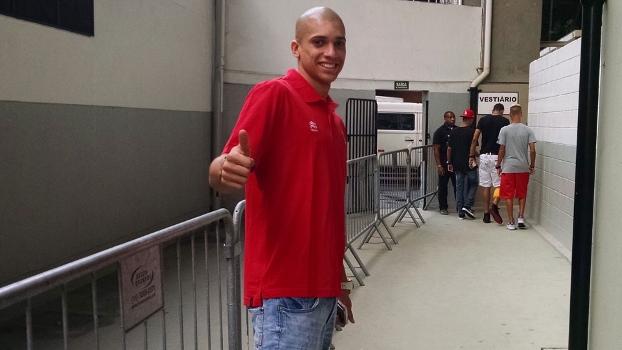 Zagueiro compareceu ao Pacaembu na vitória tricolor por 2 a 0 sobre o XV de Piracicaba