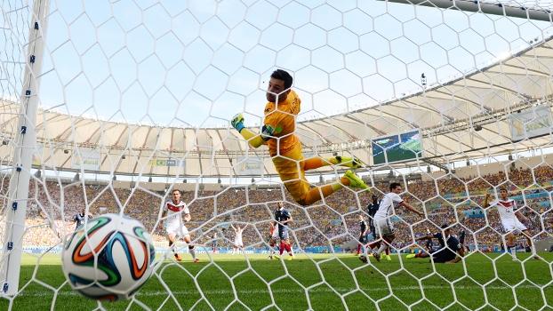 Bola no fundo das redes, sem chances para o goleiro Lorris: gol de Hummels