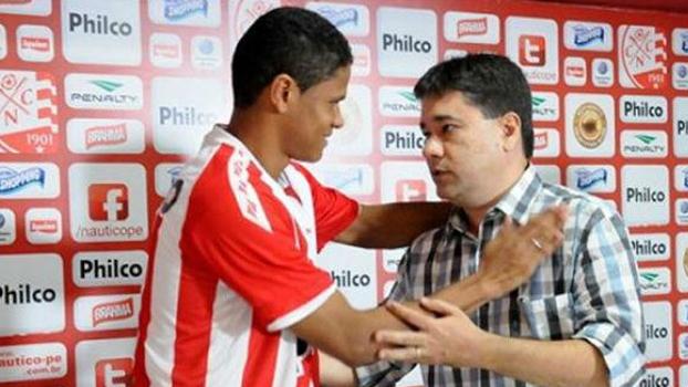 Douglas Santos vai defender o Granada