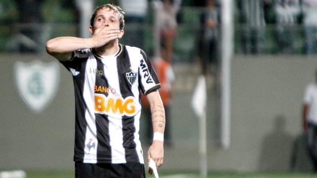 Bernard se emocionou antes da partida, marcou o gol do Atlético-MG, mas foi expulso na derrota no Horto
