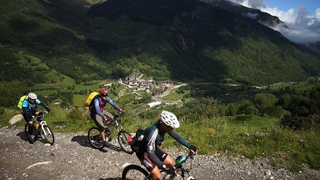 Pirineus: Pedal com desnível de 1280m na cordilheira entre a Espanha e a França | Aventuras com Renata Falzoni