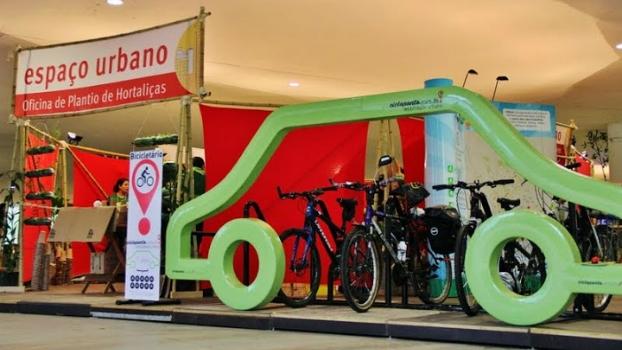 Bicicletário Cicloponto com capacidade para 10 bikes no lugar de 1 carro.