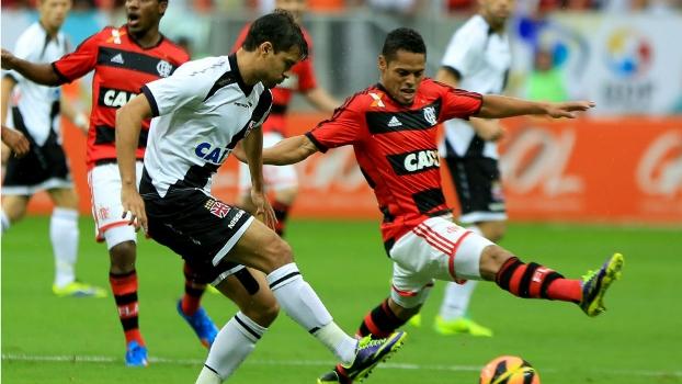 Pedro Ken e João Paulo disputam bola no jogo em Brasília  lateral do  Flamengo falhou 0010b9d0fdaea