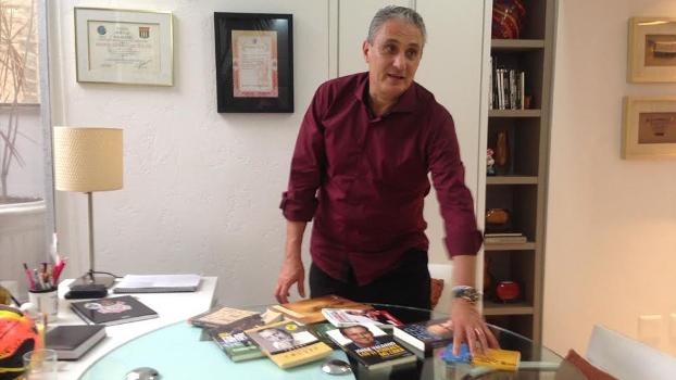 Após sair do Corinthians, Tite se preparou para assumir seleção com livros e estudos