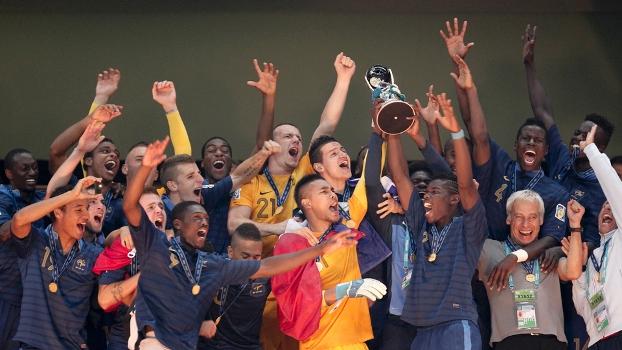 Jogadores da França levantam o troféu do Mundial sub-20