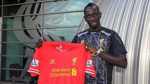 Sakho já conheceu as instalações do Liverpool e posou com a camisa que vestirá nas próximas temporadas