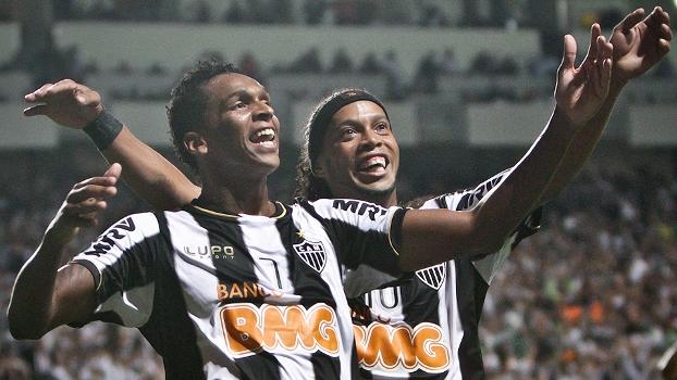 Jô e Ronaldinho comemoram na goleada do Atlético-MG sobre o São Paulo na  Libertadores 6da7b7a7d7bb6