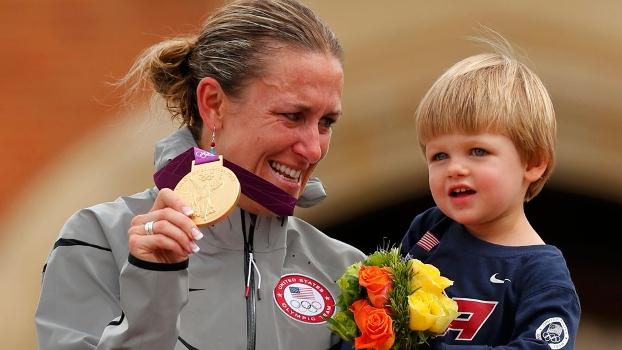 Bi-olímpica, a norte-americana Kristin Armstrong anunciou a aposentadoria com o filho nos braços
