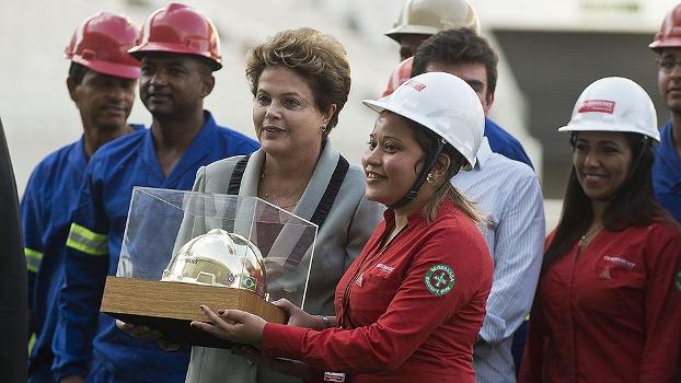 Dilma recebe capacete dourado de operária no estádio do Corinthians: só agora ela notou que é preciso mudar?