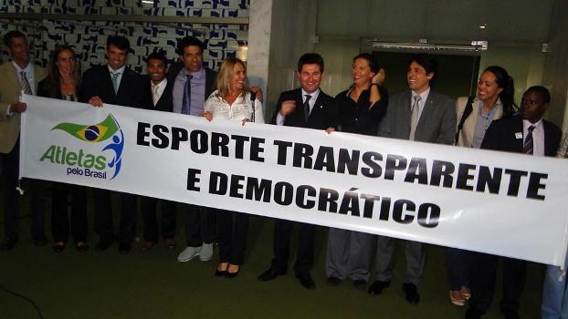 Membros do Atleta pelo Brasil em comemoração da aprovação da MP 620