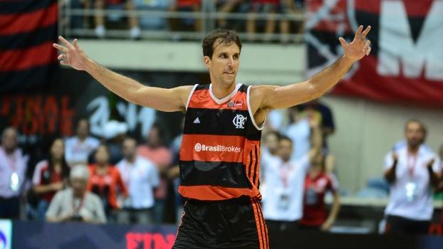 Marcelinho vibra com uma cesta na final da Liga das Américas, contra o Pinheiros