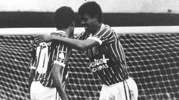 Washington (à dir.) comemora o gol de Assis na semifinal do Brasileiro-1984 contra o Corinthians