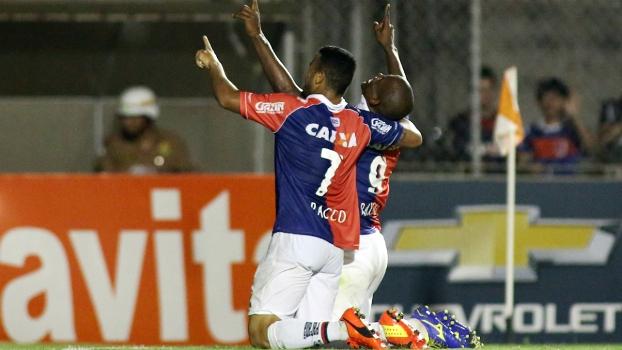 Adaílton (a dir.) marcou mais uma vez e deixou o Paraná tranquilo na competição