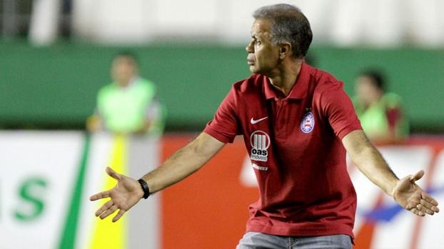 Jorginho gesticula durante jogo do Bahia no Brasileiro