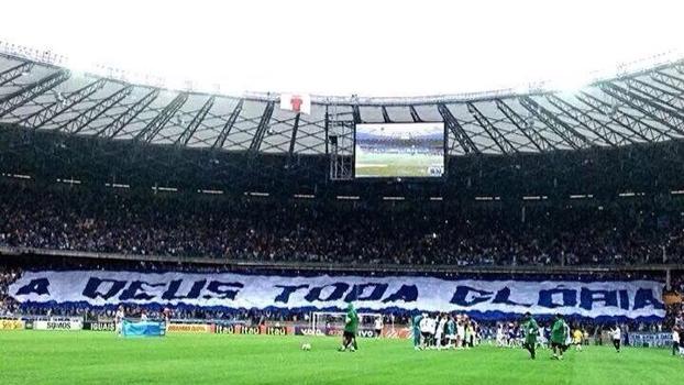 Torcedores do Cruzeiro estendem bandeira durante vitória sobre o Goiás