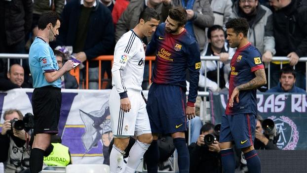 Cristiano Ronaldo entra e já toma falta de Piqué