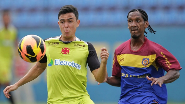 Montoya disputa um lance no jogo-treino: colombiano tem se destacado desde que chegou ao Vasco, na última segunda-feira