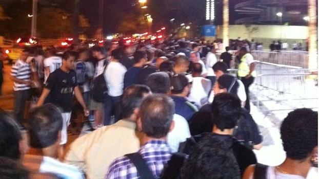 Torcedores tiveram que encarar longas filas por ingresso no Maracanã antes de Botafogo x Vitória