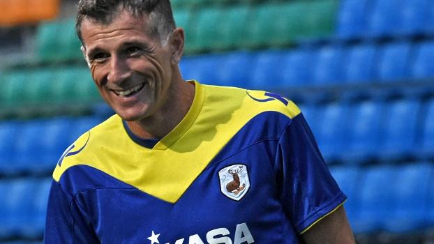 Aleksandar Duric no aquecimento para seu último jogo, aos 44 anos