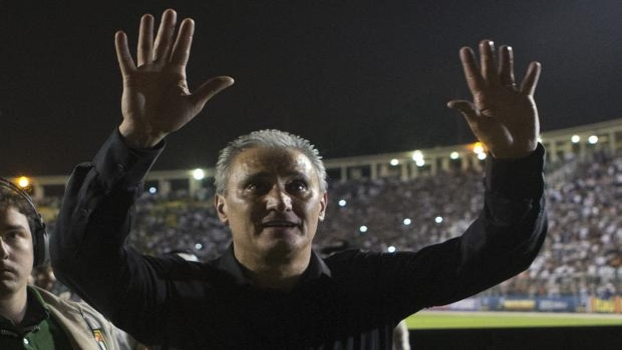 Tite reverencia a torcida do Corinthians: ele é considerado técnico mais vencedor da história do clube