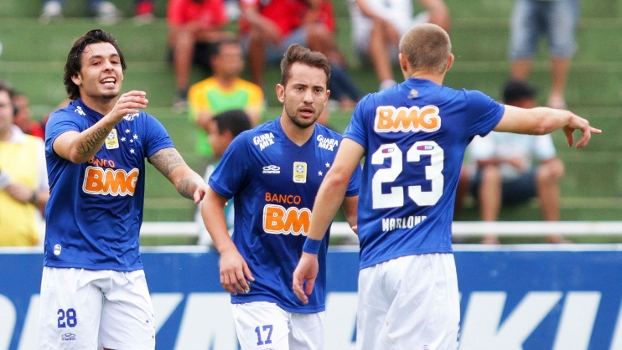 Ricardo Goulart, Éverton Ribeiro e Marlone (da esquerda para a direita) comemoram o primeiro gol do Cruzeiro