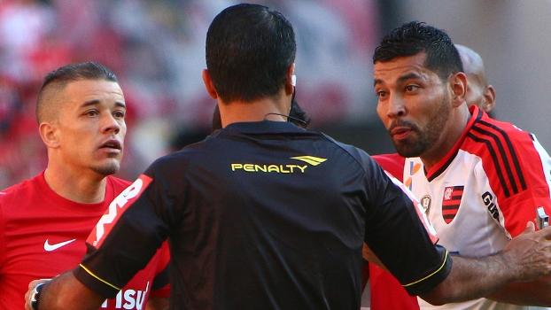 D'Alessandro e André Santos falam com a arbitragem na goleada do Inter sobre o Flamengo no Beira-Rio