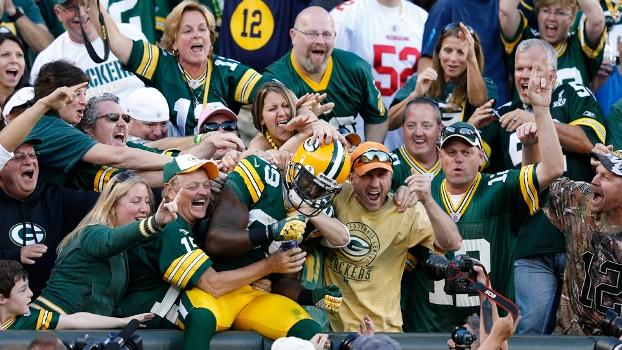 James Jones nos braços da torcida: símbolo da relação entre torcedores e franquia no Green Bay Packers