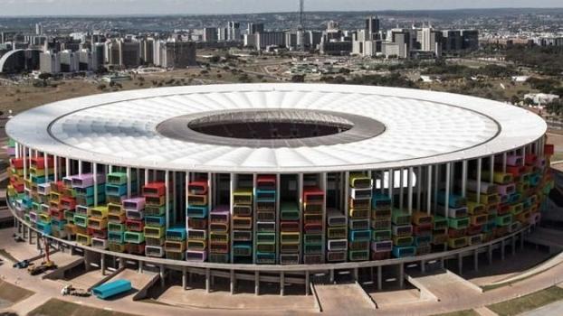 Estádio Mané Garrincha, em Brasília, com as habitações do lado de fora