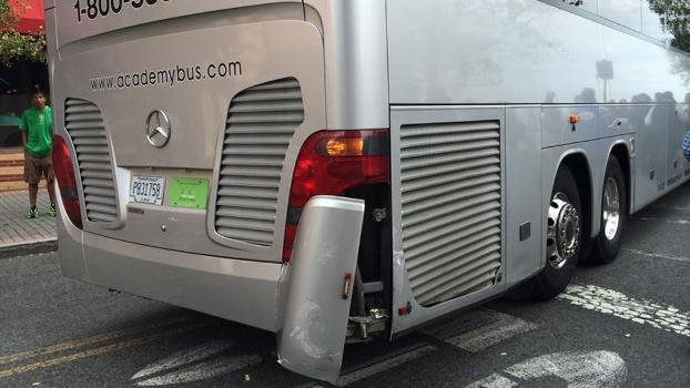 Ônibus da seleção bateu em carro estacionado em local proibido nos EUA