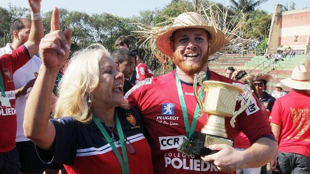 Ilma Guimerá entrega o troféu para Leo, capitão do São José
