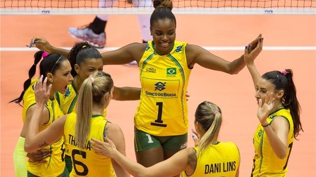 Jogadoras do Brasil comemoram vitória sobre o Canadá no Mundial de vôlei