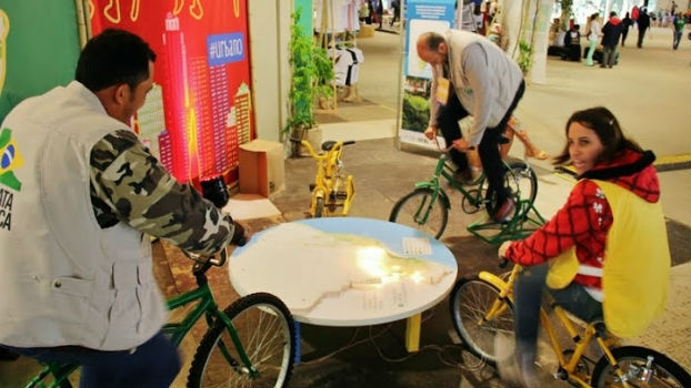 Turma animada pedalando e gerando energia.