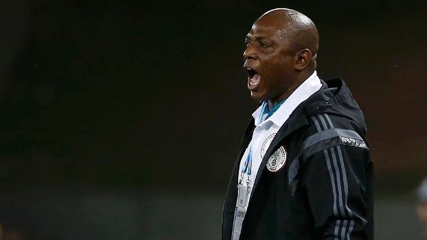 O treinador da Nigéria, Stephen Keashi, durante o jogo contra a Bósnia