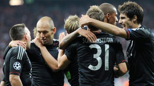 Jogadores do Bayern comemoram durante jogo contra o Valencia