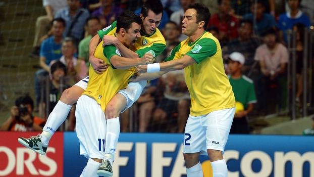 Brasil comemora gol sobre Espanha na final do Mundial de Futsal