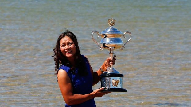 Com a praia de cenário, Na Li posa com o troféu do Australian Open