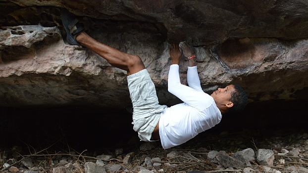 Luis Paulo Silva em um dos blocos do setor de boulder Corredor