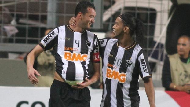 Réver comemorou seu gol com Ronaldinho e 'barrigão'