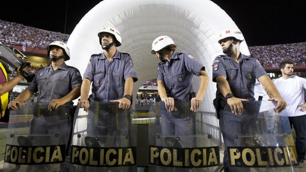 Policiais se posicionam na entrada do vestiário do Tigre: time não voltou para o segundo tempo