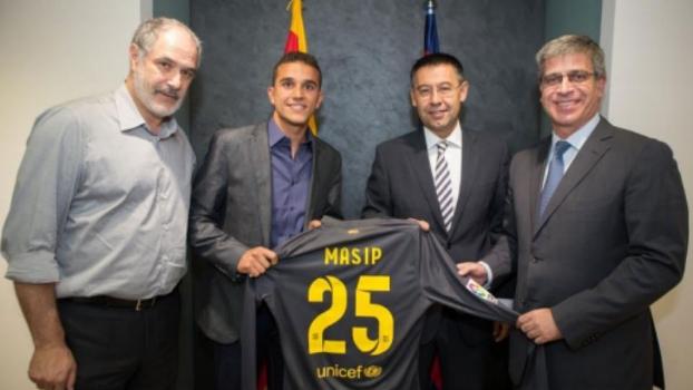 Masip com a camisa 25, entre Zubizarreta e Bartomeu: multa de R$ 110 milhões