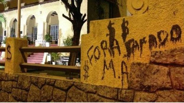 Torcedores xingaram o presidente Mauricio Assumpção e o próprio Vitinho em pichações no muro de General Severiano