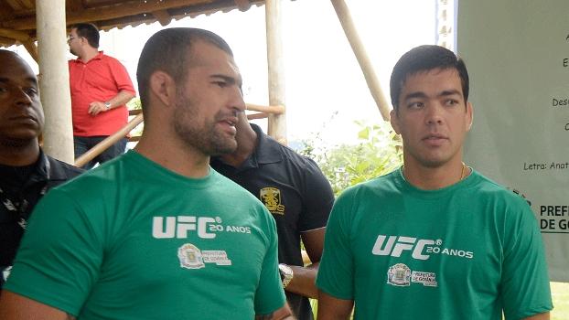 Mauricio Shogun (esq.) ao lado de Lyoto Machida  em evento ambiental do UFC Goiânia