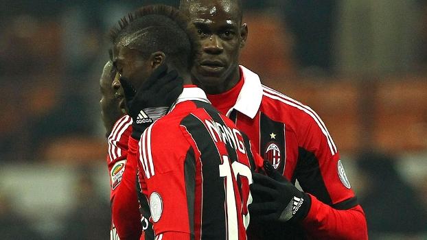 Balotelli abraça Niang durante o jogo do Milan contra o Parma