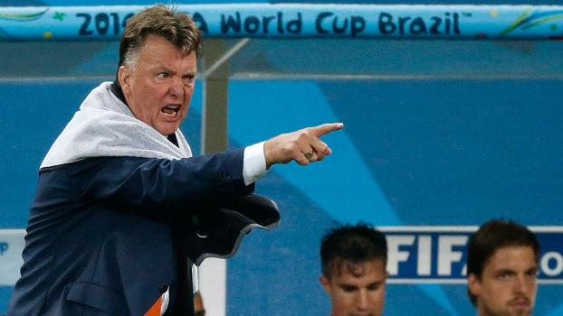 Louis Van Gaal, técnico da Holanda, grita com jogadores durante partida contra Argentina