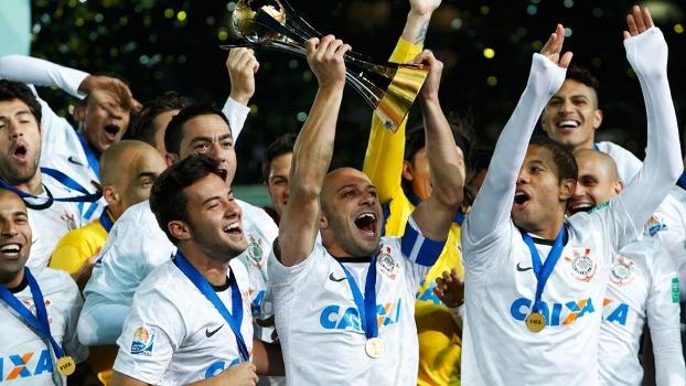 Alessandro ergue a taça do Mundial de Clubes  Corinthians bicampeão dd2d8a747da06