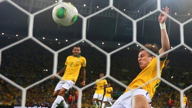 A Espanha quase empatou com Pedro, mas David Luiz se recuperou e tirou em cima da linha