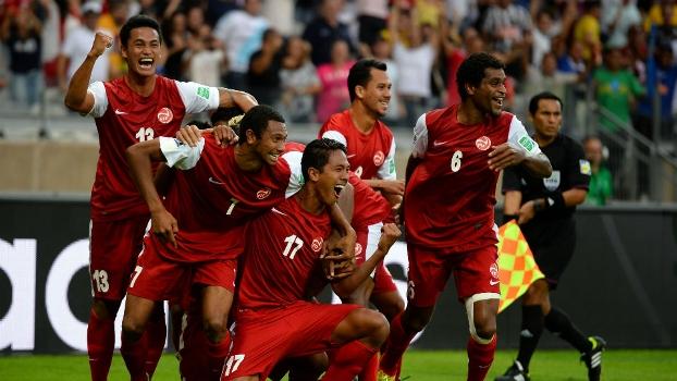 Jogadores do Taiti comemoram efusivamente o gol de Jonathan Tehau, único do Taiti no torneio