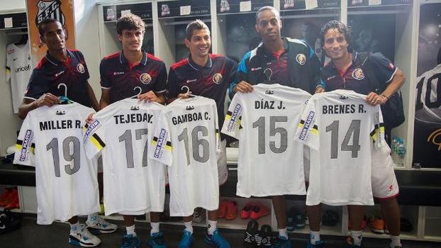 Santos presenteou os jogadores da Costa Rica com camisas do clube