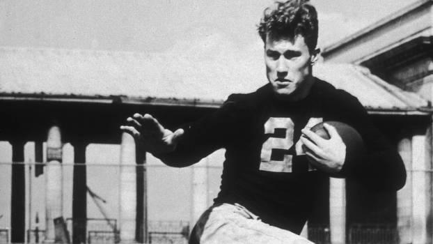 Byron White foi o corredor com mais jardas na NFL em 1938 e 1940