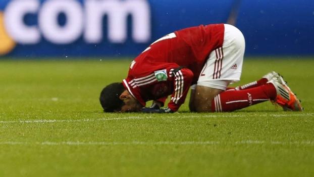 Aboutrika, atacante do Al Ahly, reza após gol no Mundial de clubes